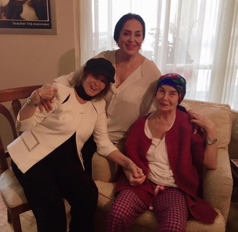 Türkan Şoray ile Filiz Akın, outlet ayında beyin ameliyat olan Fatma Girik'i evinde ziyaret etti.