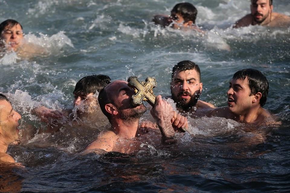 Hz. İsa'nın doğum ve vaftiz ediliş günü Balat'ta haç çıkarma töreni ile kutlandı