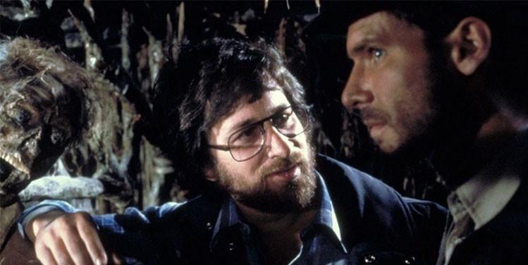 Serinin ilk filmi Kutsal Hazine Avcıları'nın (1981) çekimleri esnasında Harrison Ford ve Steven Spielberg.