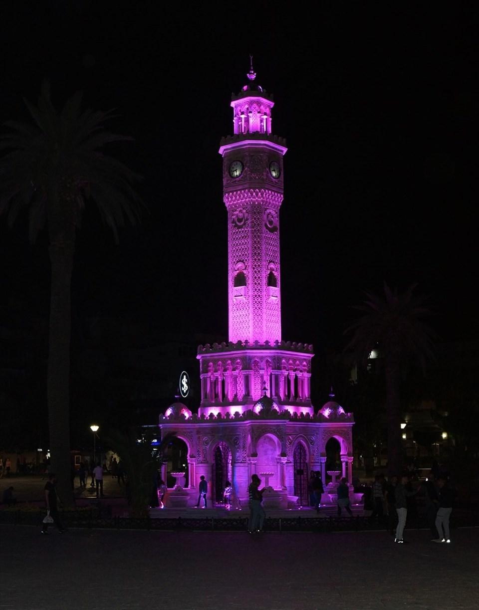 İzmir Saat Kulesi aydınlatıldı (Alzheimer'a dikkat)