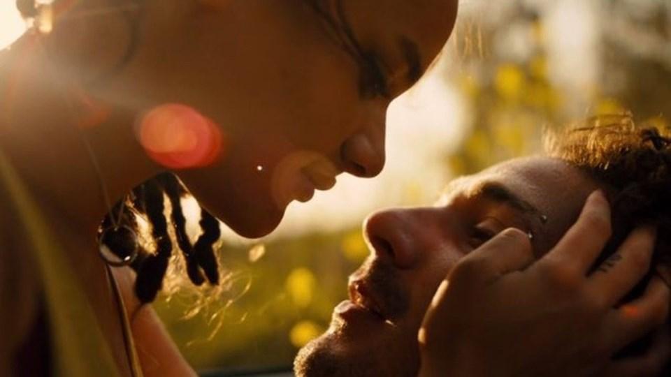 Film, Amerika'nın yoksul semtlerinde yaşayan gençlerin zengin muhitlerde kapı kapı gezip dergi satma hikayesini Star ve Jack'in sallantılı aşk hikayesi üzerinden anlatıyor.