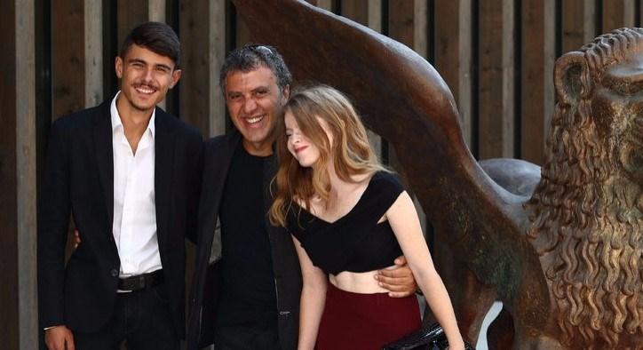 """Reha Erdem'in ödüllü filmi """"Koca Dünya"""" bu hafta vizyonda. Florent Herry'nin görüntü yönetmenliğini üstlendiği filmin müziklerinde Nils Frahm'ın imzası var. Bülent Emin Yarar ve Ayta Sözeri gibi isimler de küçük rolleriyle hikayeye katkıda bulunuyor."""