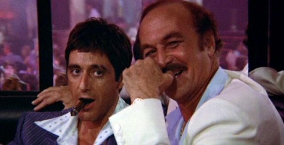 Al Pacino ve Robert Loggia'nın birlikte rol aldığı Scarface filminden bir kare.
