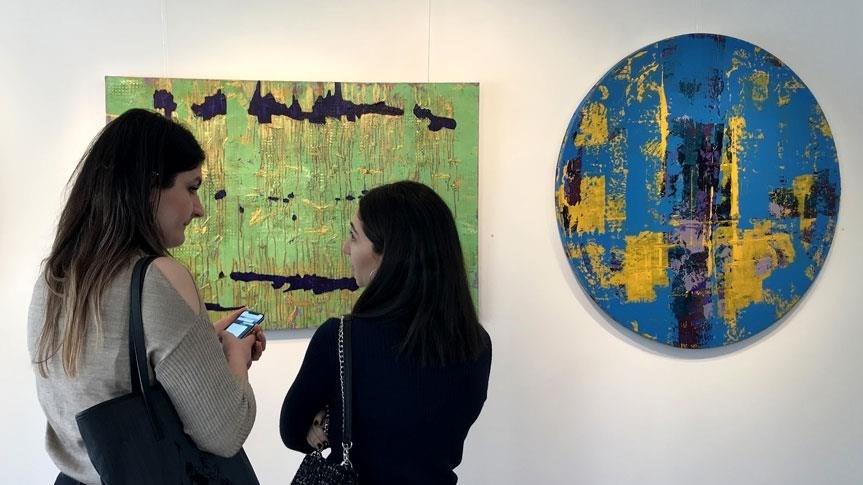 """Boşnak asıllı sanatçı Ayvaz'ın """"Rengin Gör Dediği"""" isimli solo sergisi, Bağdat Caddesi'ndeki Galeri FE'de 28 Nisan'a kadar ziyarete açık kalacak."""