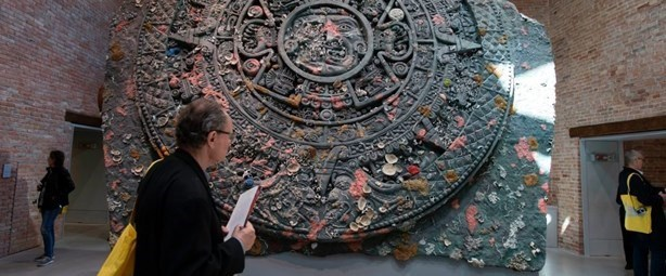 """Damien Hirst'in """"Treasures from the Wreck of the Unbelievable"""" isimli sergisi Pinault Vakfı'nın iki farklı mekanında gösteriliyor. Yüzlerce abartılı işin yer aldığı serginin oluşma süreci görsel malzemelerle de destekleniyor."""