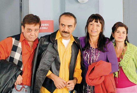 """Olacak O Kadar ve Yaseminname gibi programların yazar kadrosunda yer alan Yılmaz Erdoğan """"Bir Demet Tiyatro"""" dizisiyle 90'larda olay yarattı. Dönemin usta oyuncuları burada boy gösterdi. Birçok isim diziden sonra ünlendi."""