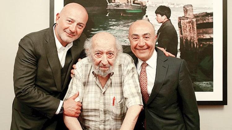 Doğuş Grubu Yönetim Kurulu Başkanı Ferit Şahenk, Ara Güler ve Doğuş Grubu CEO'su Hüsnü Akhan uluslararası fotoğraf müzesi imza töreninde.