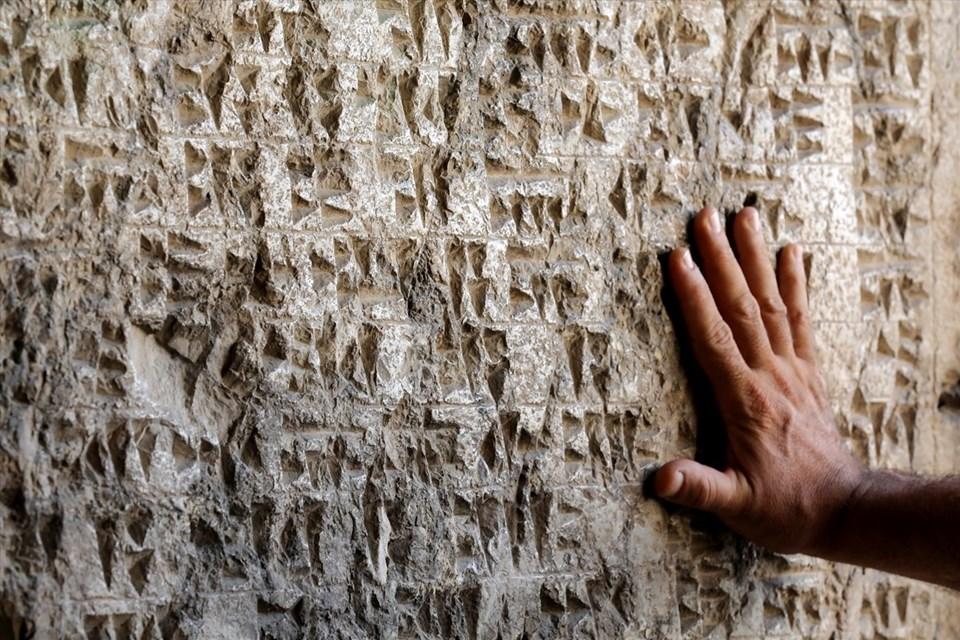 Van Kalesi'nde bulunan Urartu Kralı Menua'ya ait yazıt.