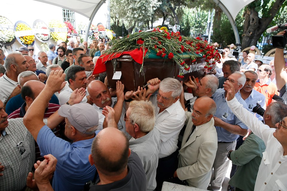 Muzaffer İzgü'nün cenazesi, kılınan cenaze namazının ardından Doğançay Mezarlığı'nda, geçen yıl vefat eden eşinin yanında toprağa verildi.