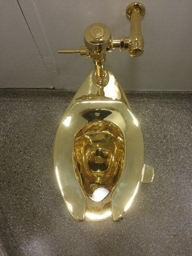 altın klozet, guggenheim müzesi