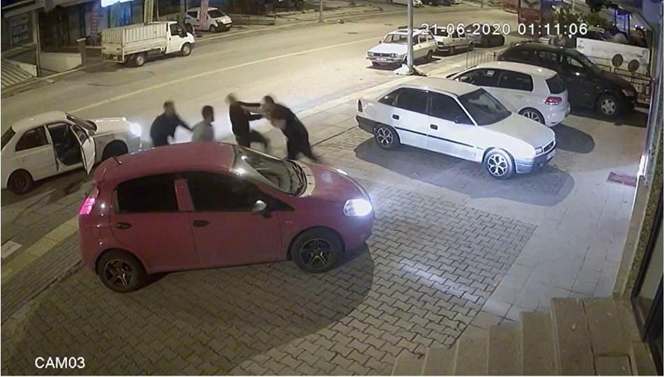 Kick boksçu, trafikte tartıştığı 3 kişiyi 30 saniyedeyere serdi
