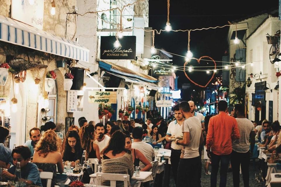 Alaçatı İzmir ve çevresinden gelen günübirlik meraklılarla büyük yoğunluk yaşıyor.