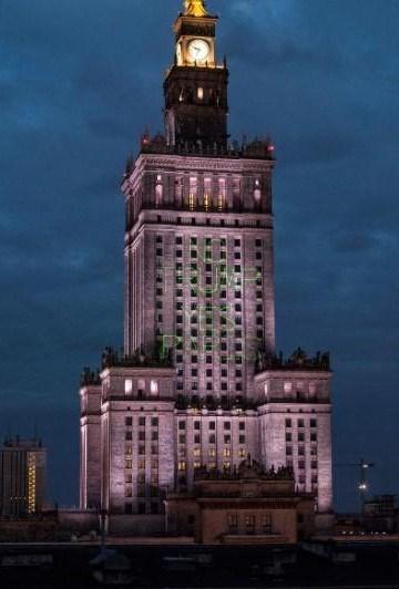 1955'te inşa edilen Kültür ve Bilim Sarayı30. kattaki izleme platformu ile ziyaretçilerine güzel bir Varşova manzarası sunuyor.