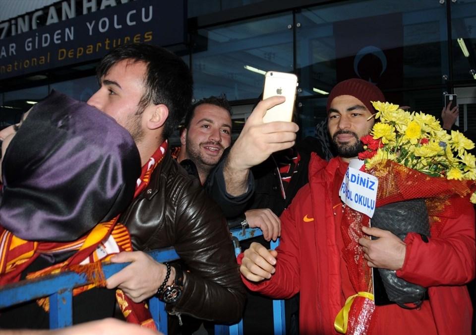 Taraftarlar sarı-kırmızılı takıma sevgi gösterilerinde bulunurken, havalimanı çıkışında meşaleler yaktı. Futbolcular, kendilerini karşılayan taraftarlar ile hatıra fotoğrafı çektirdi. Galatasaray kafilesi daha sonra otobüsle kentte konaklayacağı otele geçti.