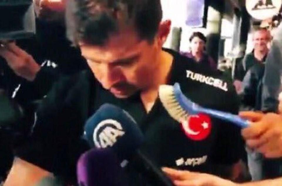 Youtuber olduğu sanılan bir şahıs, ülkeye giriş sırasında Emre Belözoğlu'na tuvalet fırçası uzattı.