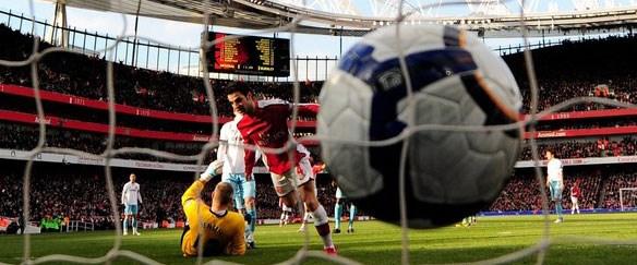 Arsenal zirve yolunda