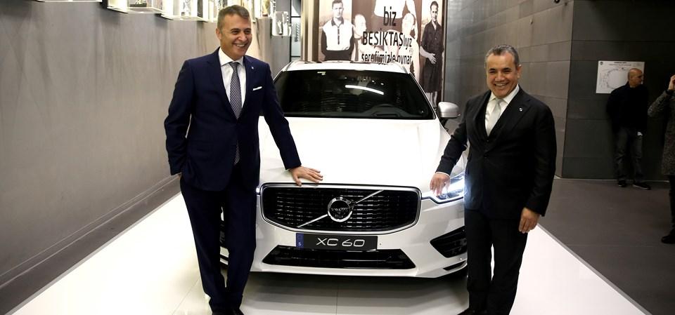 Açıklamaların ardından Fikret Orman ile Sabri Sözen, Volvo CX 60 ile birlikte foto muhabirlerine poz verdi.