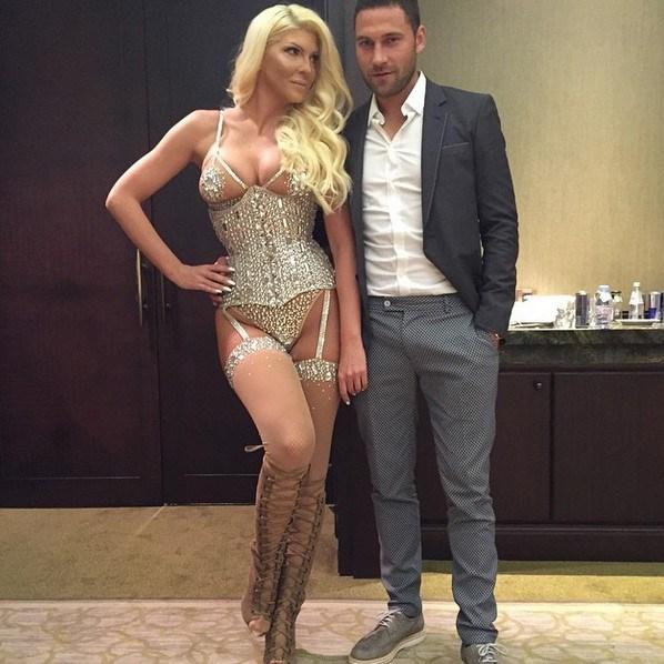 Dusko Tosic'in Sırbistan'da pop şarkıcısı olan eşi Jelena Karleusa, ülkesinde verdiği pozlarla gündemden hiç düşmüyor.