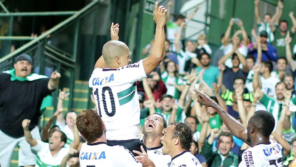 Alex, 1995 yılında başladığı profesyonel futbol kariyerine Coritiba FC takımında başlamıştır. 2 sezon oynadığı Coritiba FC'de başarılı bir performans sergileyen oyuncu diğer Brezilya takımlarının dikkatini çekmiş ve 1997'de Palmeiras'a transfer olmuştur. Coritiba FC'de 124 maça çıkmış 32 gol kaydetmiştir.