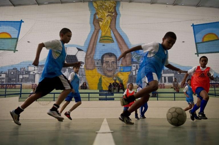 Efsane futbolcudan çocuklara destek