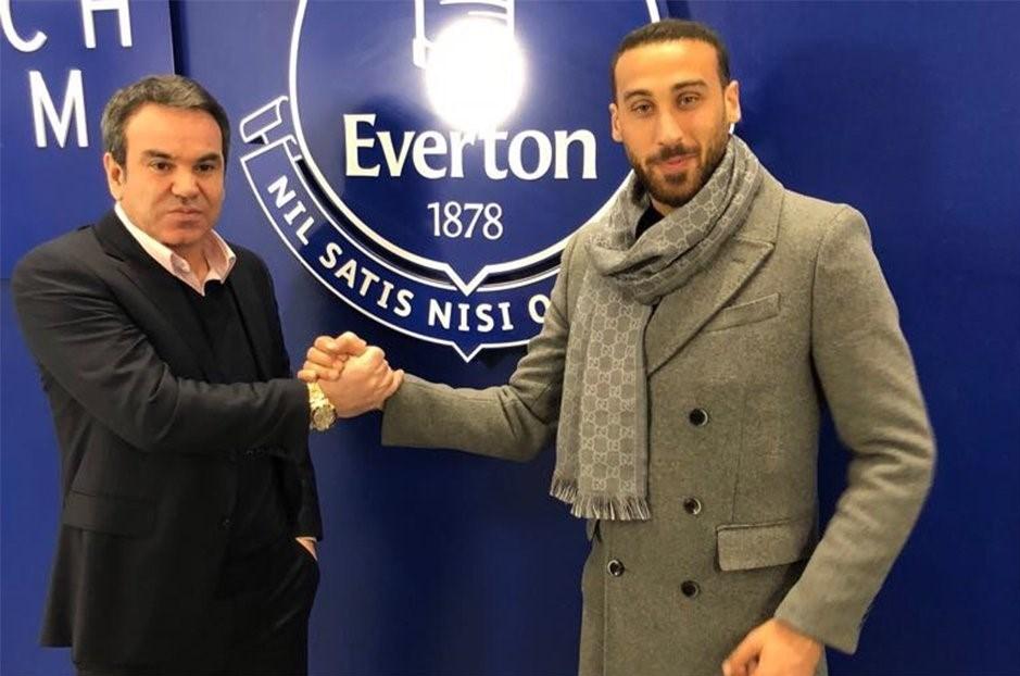 Cenk Tosun ve menajeri Ceylan Çalışkan, Everton logosu önünde böyle poz verdi.