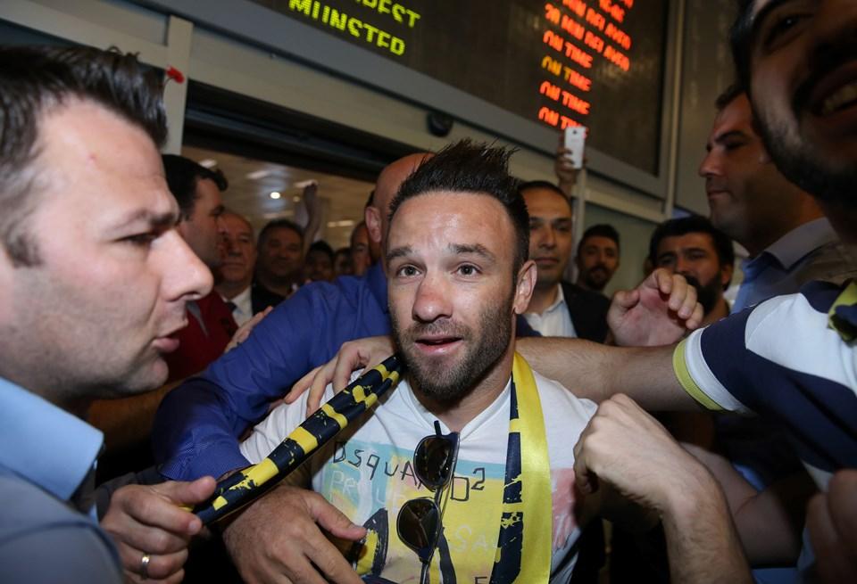 İstanbul'a gelen Valbuena'yı havaalanında kalabalık bir taraftar grubu karşıladı.