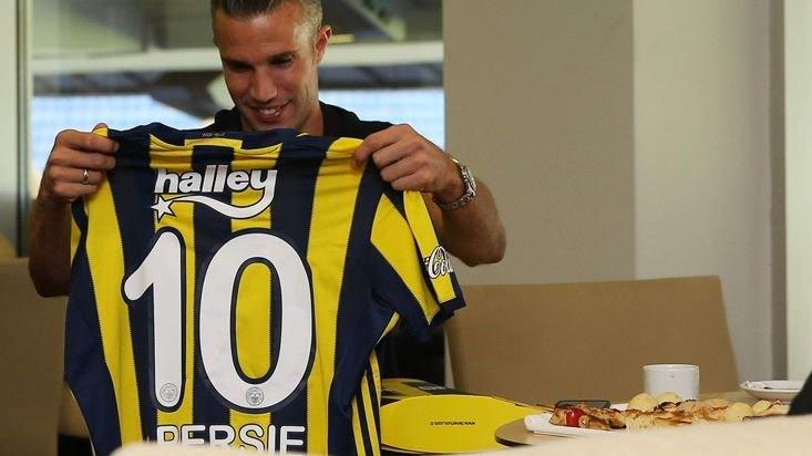 van Persie yeni sponsorluk anlaşması imza töreninde 10 numara formasıyla poz verdi.