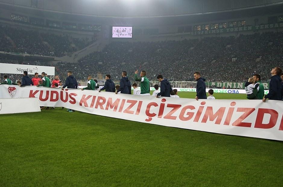 Bursaspor-Fenerbahçe maçına iki takım 'Kudüs kırmızı çizgimizdir' pankartıyla çıktı.