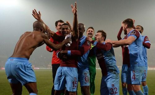 Trabzonsporlu futbolcuların maç sonundaki sevinci