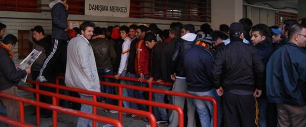 Galatasaray taraftarından derbi biletine hücum