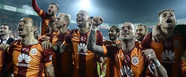 galatasaray-sneijder-sevinc_PJ24E.jpg