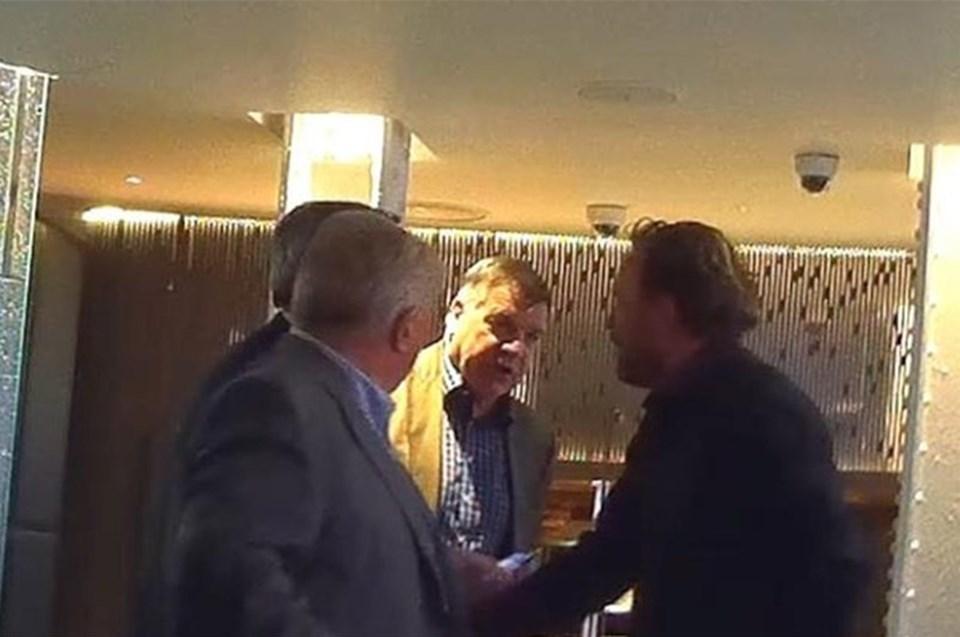 Sam Allardyce'e görüşmede finans danışmanı Shane Moloney (solda), menajeri Mark Curtis (soldan 2.) ve eski futbolcu ve menajer Scott McGarvey de eşlik ediyor.