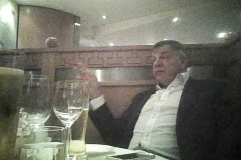 Görüşmelerde İngiltere Milli Takım Menajeri Sam Allardyce, işadamı kılığındaki gazetecilere FA kurallarının nasıl delineceği konusunda tavsiyelerde bulunuyor.