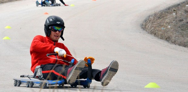Kızak takımı, kar olmayınca asfaltta antrenman yapıyor