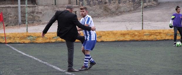 başkan futbolcu tekme.jpg