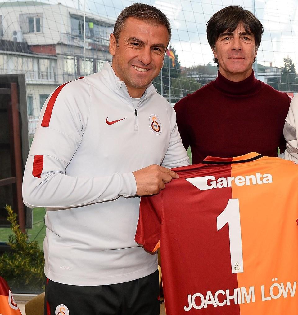 Açıklamaların sonunda Galatasaray Teknik Direktörü Hamza Hamzaoğlu, Joachim Löw'e adının yazılı olduğu 1 numaralı forma hediye etti.
