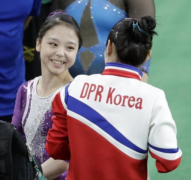Rio'da Güney Kore'yi temsil eden Lee Eun-ju (solda),Kuzey Koreli rakibi Hong Un Jong