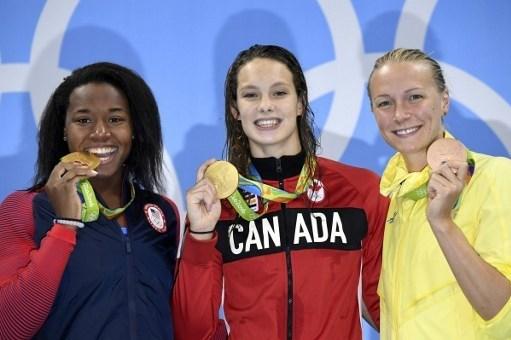 Altın madalyayı paylaşam Simone Manuel ve Penny Oleksiak, bronz madalyanın sahibi Sarah Sjöströmile birlikte.