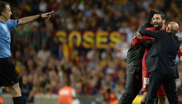 72 dakika sahada kalan Arda Turan uzatma dakikalarında yedek kulübesinde kırmızı kart gördü.