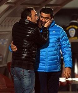 İki teknik adam, maç öncesi birbirlerine başarı dilerken böyle görüntülendi