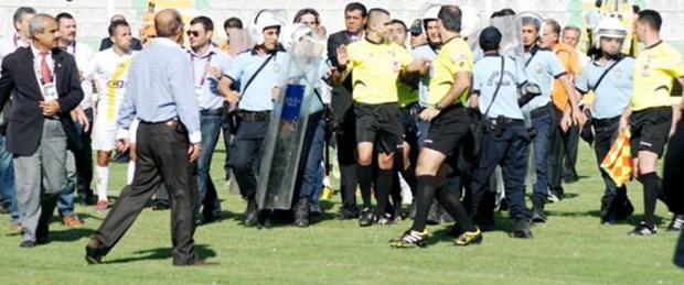 Urfa'da ortalık karıştı, maç tatil edildi