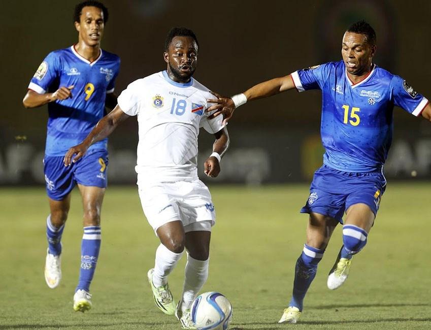 Bir pozisyonda, Yeşil Burun Adaları oyuncusu Rocha (sağ), Demokratik Kongo Cumhuriyeti oyuncusu Cedrick Mabwati (orta) ile mücadele etti