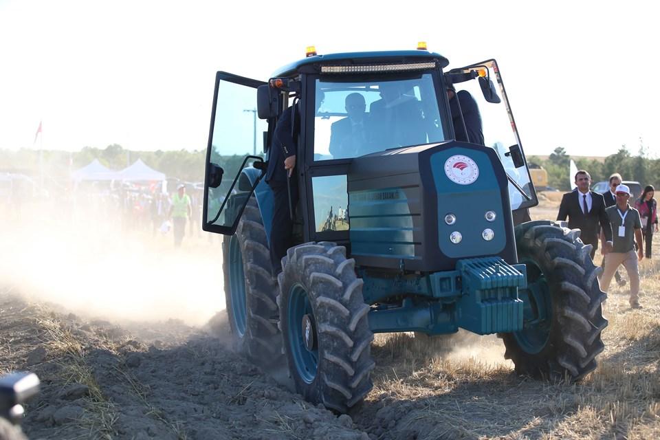 Cumhurbaşkanı Erdoğan, yerli olarak geliştirilen elektrikli traktörün deneme sürüşünü gerçekleştirdi