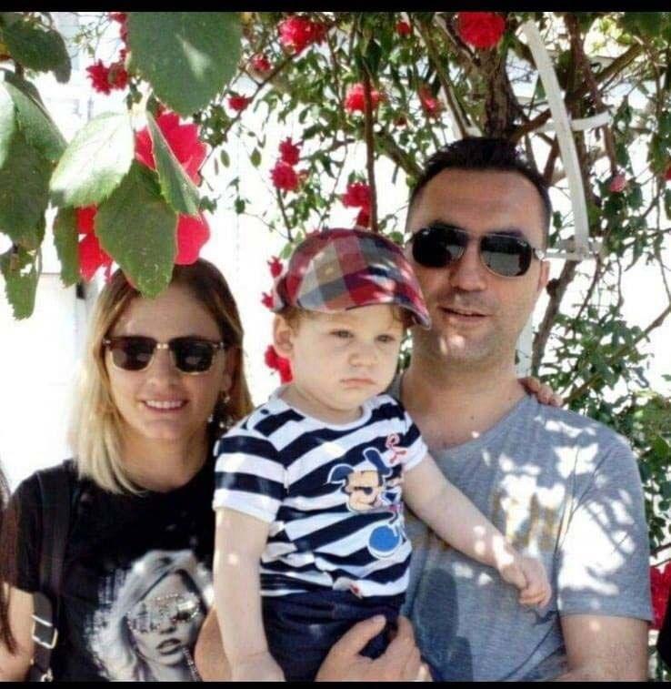 Çilingir yardımıyla içeri giren polis ekipleri, İlkay Tokkal (42) ve eşi Emel Tokkal (41) ile çiftin 4 yaşındaki oğulları Ali Doruk'u bıçaklanarak öldürülmüş halde buldu. İlkay Tokkal'ın 7, Emel Tokkal ve Doruk'un 3'er kez bıçaklandığı saptandı.