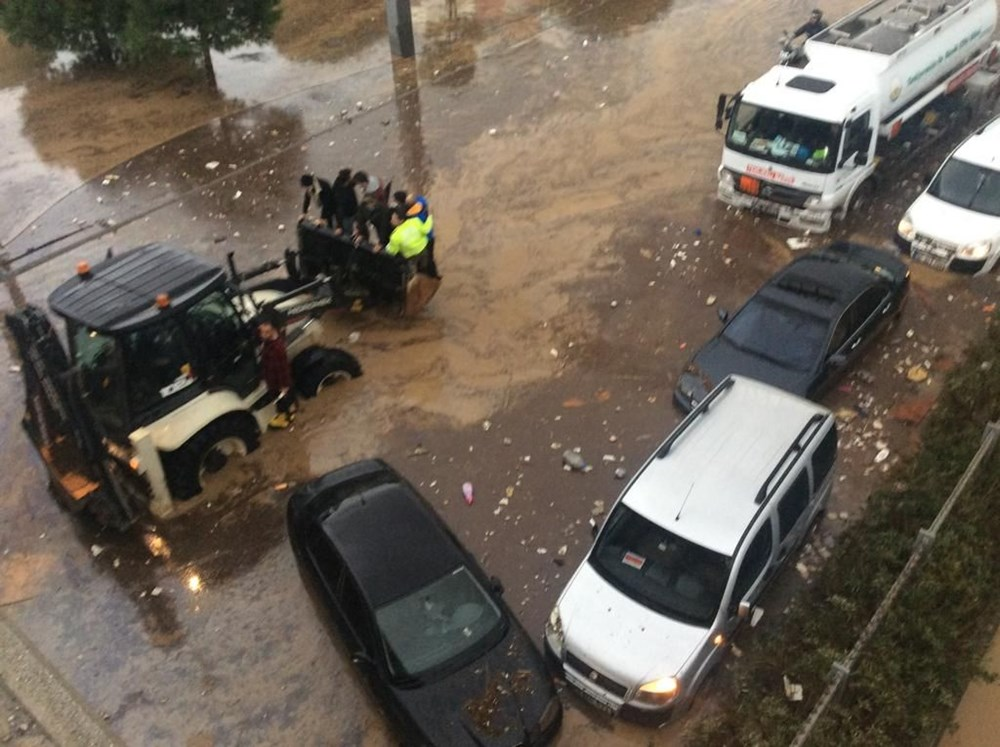 İzmir'i sel vurdu: 2 can kaybı - 32