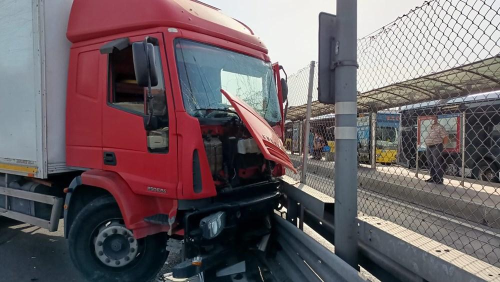 Bakırköy'de kamyon, metrobüs bariyerlerine çarptı: İki şerit trafiğe kapatıldı - 1