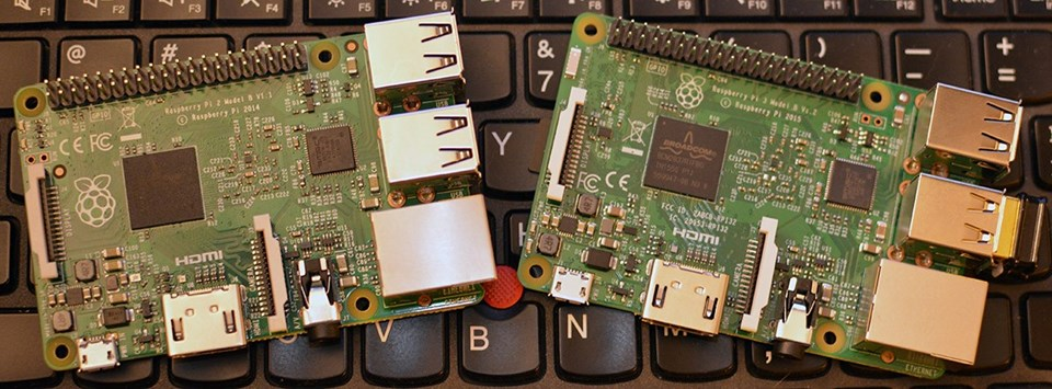 Raspberry Pi 2 (solda) ve Raspberry Pi 3 (sağda) arasındaki donanım farkını gözle ayırt edebilmek oldukça güç.