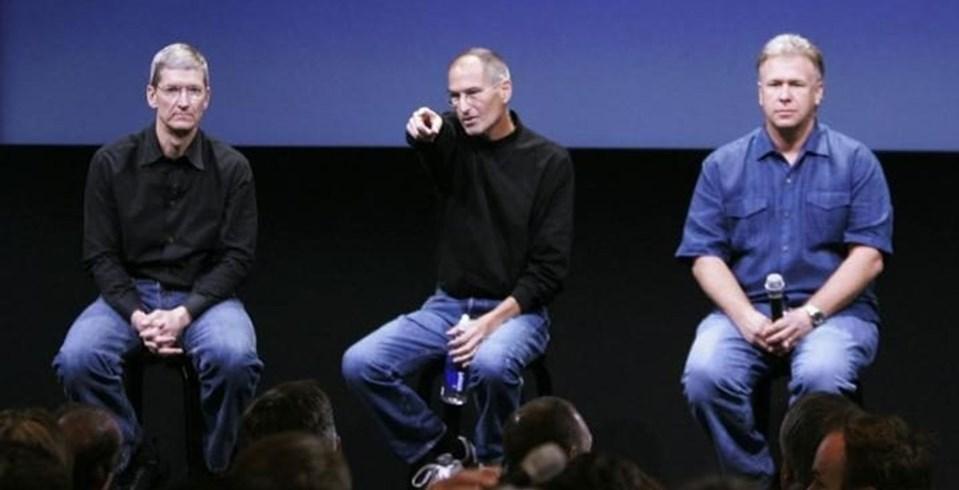 7 yıldan boyunca mücadele ettiği kansere yenik düşen Steve Jobs (ortada), 2011 yılında hayatını kaybetmiş, Apple'ın başına ise Tim Cook (solda) geçmişti.
