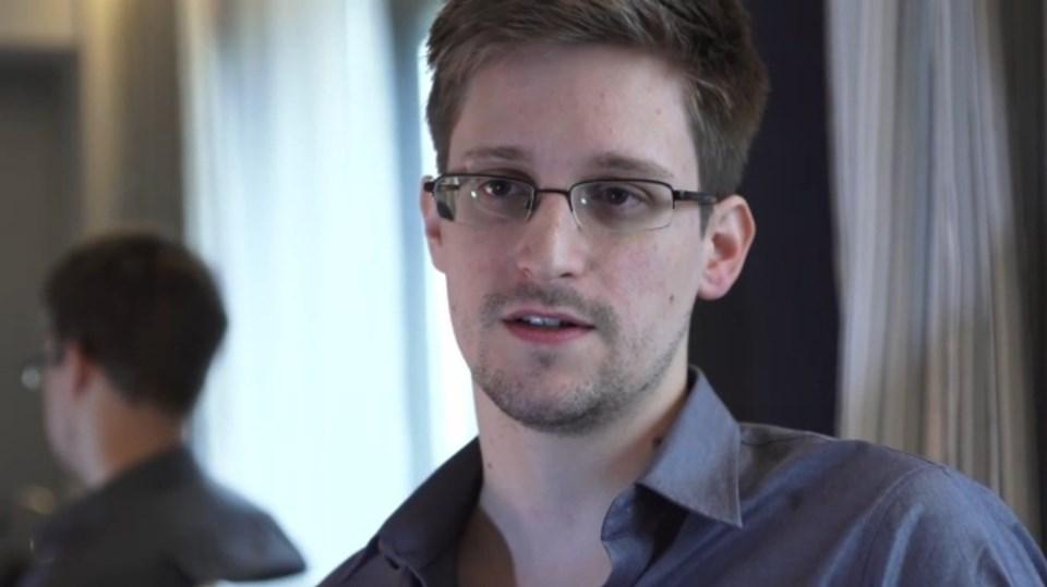 Sızdırdığı belgeler yüzünden hakkında yakalama emri bulunana Snowden, 'geçici sığınmacı' statüsüyle Rusya'da yaşıyor.