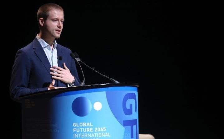 Rus medya zengini Dmitry Itskov, insan beyninin robotlara transfer edilmesiyle ölümsüzlüğü bir hayal olmaktan çıkaracağına inanıyor.